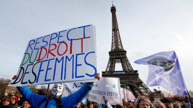 Manifestazione a Parigi a favore dell'aborto