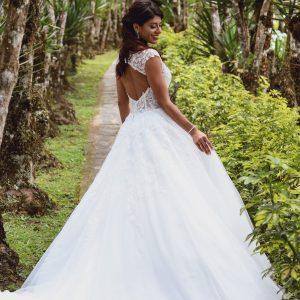 Mujer de Espaldas con vestido de novia con espalda desnuda