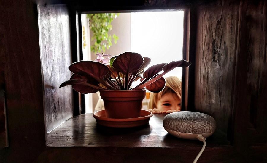 niña divertida mirando altavoz google home