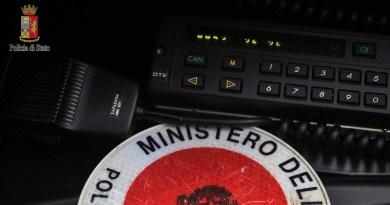 Arma abusiva e possesso ingiustificato di pubblico sigillo/impronta: 59enne fermato dalla PolStrada