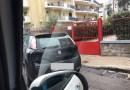 Aversa. Segnalazione del cittadino: Via Ovidio ostaggio del traffico, auto parcheggiate davanti ai portoni