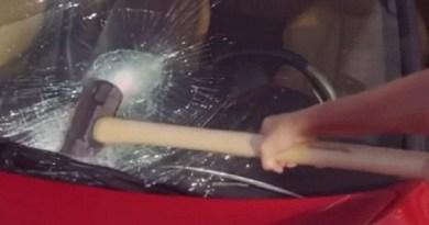 Aversa. Donna non paga parcheggiatore abusivo: auto presa a martellate