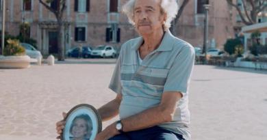 Gaeta. Anziano guarda il mare con la foto della moglie morta, la storia vera diventa film