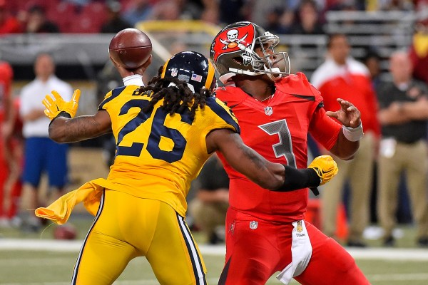 Rams OLB #26 Mark Barron (tidligere Buccaneer) chikanerer Tampa Bays QB #3 Jameis Winston (photo credit: Jasen Vinlove / USA TODAY Sports)