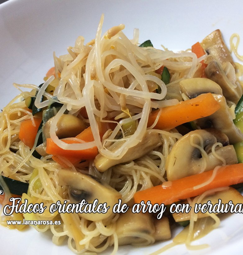 Fideos orientales de arroz con verduras