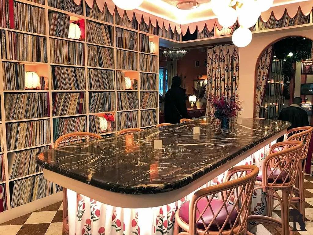Bar y entrada con 30.000 vinilos