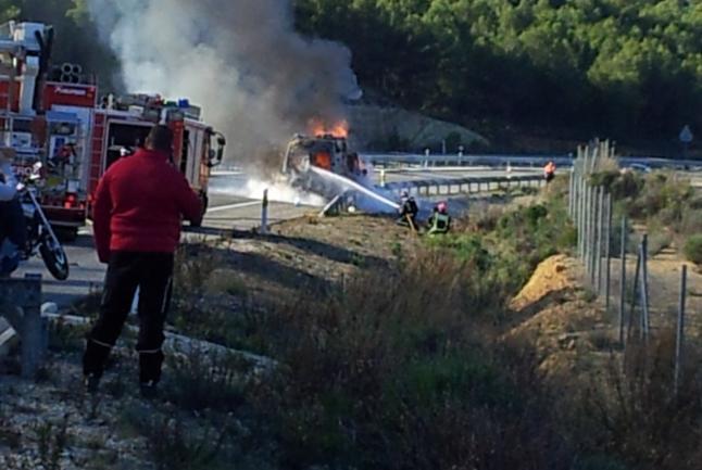 Arde una ambulancia por un colchón que se le enganchó en la calzada ::ENRIQUE SOLER::