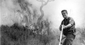 Un miembro de las brigadas antiincendios, en pleno esfuerzo durante la extinción del fuego. FOTO: JUAN LEAL