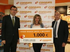 Consum entrega el cheque regalo a su cliente 2 millones