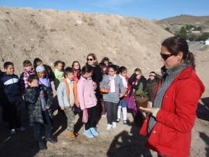 Alumnos de Primaria en la jorada de reforestación en la Vía Verde del Noroeste, Cehegín