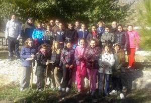 Alumnos que participan en la Reforestacion en Archivel