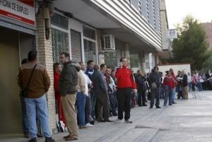 Foto de archivo :::Desempleados esperando a las puertas de una oficina de empleo:::