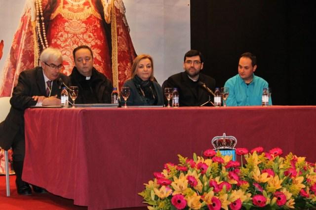 La Concejal de Cultura junto a los miembros de la Comisión de la elaboración del libro