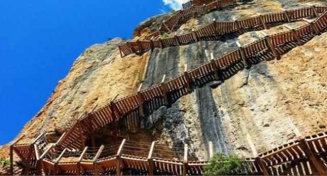 La escaleras se montarán con materiales sostenibles y respetuosos con el medio ambiente, evitando al máximo cualquier tipo de impacto ambiental