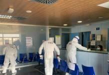 Miembros de la UME desinfectan un centro sanitario