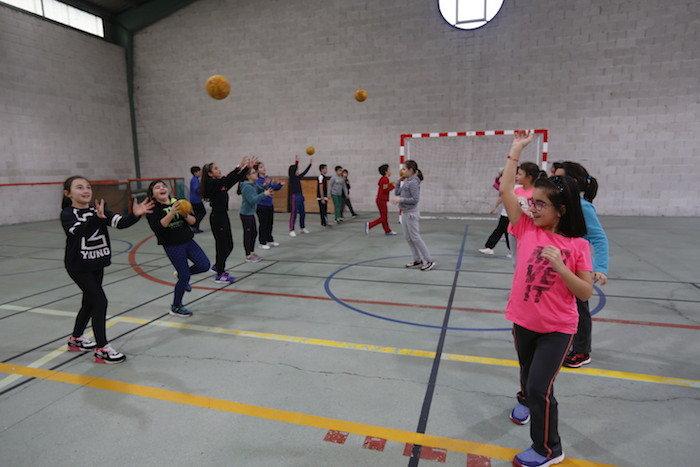 Un grupo de niños practica ejercicio físico.