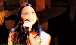 woman_singing_alex_2