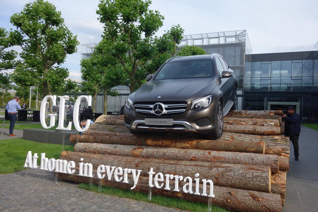 vue avant Mercedes GLC 2015 franchissement rondins de bois Hugo Boss