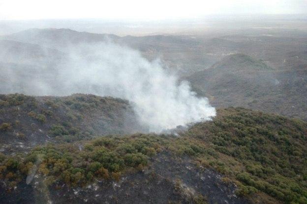 Bomberos avanzan en el control del incendio en las sierras