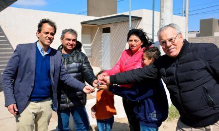 Llamosas entregó 5 viviendas más en el barrio Castelli 1