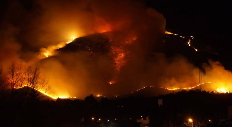 Incendios: sólo queda activo un complicado foco en La Falda