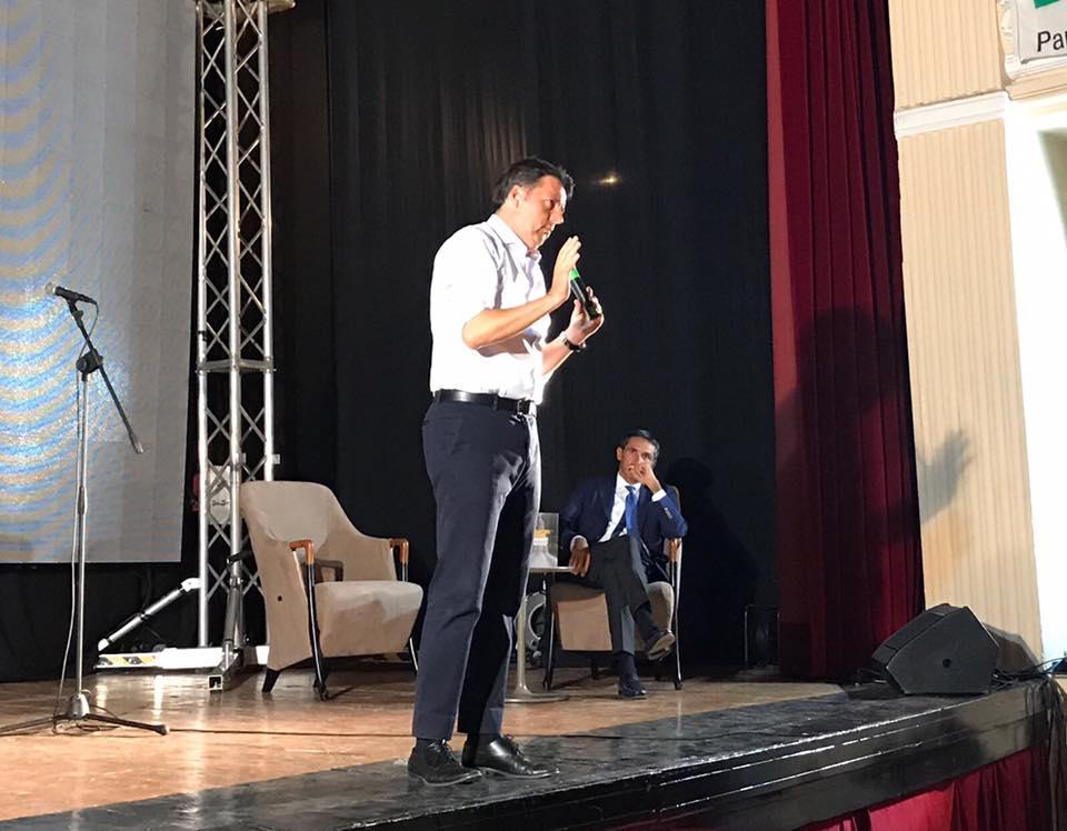 Imola, Renzi alla festa dell'Unità: bagno di folla e selfie