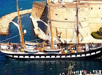 Il Palinuro getta l'àncora nel canale di Taranto