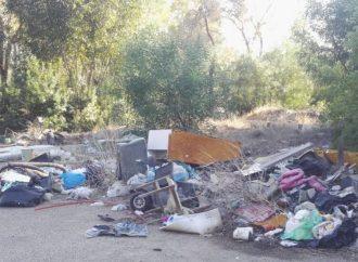 A spasso tra rifiuti di ogni tipo, la denuncia di Legambiente