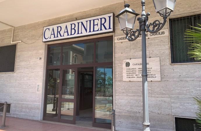 Ruba in un edificio… di fronte alla caserma dei Carabinieri. E torna in cella
