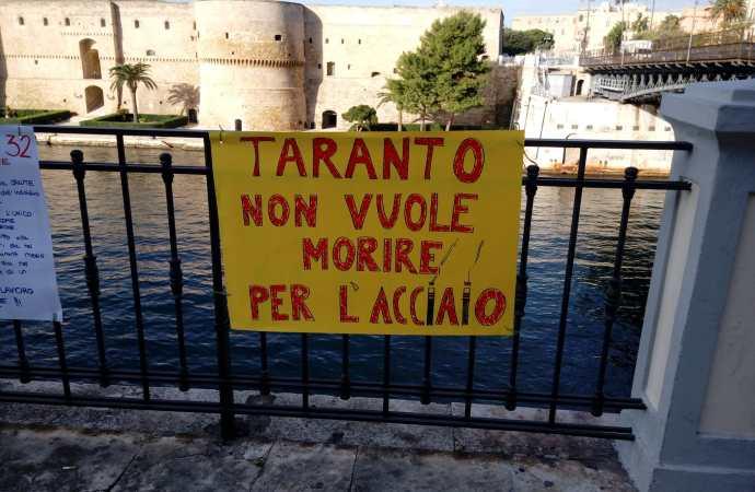 Taranto, raduno No Ilva nei pressi del ponte girevole