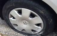 Άγνωστος έσκασε τα λάστιχα των αυτοκίνητων στο hot spot (Φώτο)