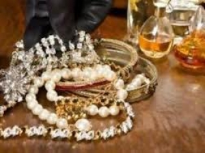 Έκλεψε κοσμήματα και 400 ευρώ σε κέρματα από σπίτι στις Νέες Παγασές