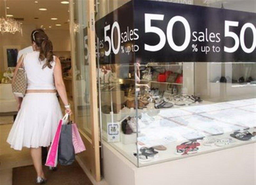 Σας ενδιαφέρει: Πότε ξεκινούν οι ενδιάμεσες εκπτώσεις - Ποια Κυριακή θα λειτουργήσουν τα καταστήματα