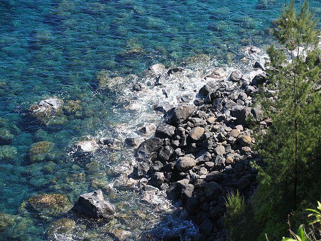 Ζευγάρι βγήκε για ρομαντική βόλτα, έπεσαν σε γκρεμό και κατέληξαν στη θάλασσα
