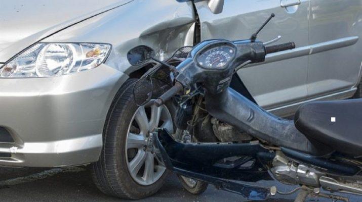 Μηχανάκι συγκρούστηκε με αυτοκίνητο μέσα στη Λάρισα
