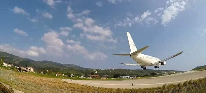 Τουρίστας καταγράφει την απογείωση αεροσκάφους στη Σκιάθο και... εκτοξεύεται