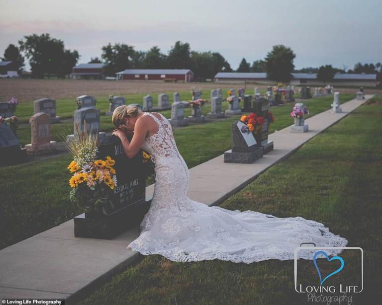 Συγκλονίζει η εικόνα της νύφης μπροστά από το μνήμα του αγαπημένου της! (Φώτο)