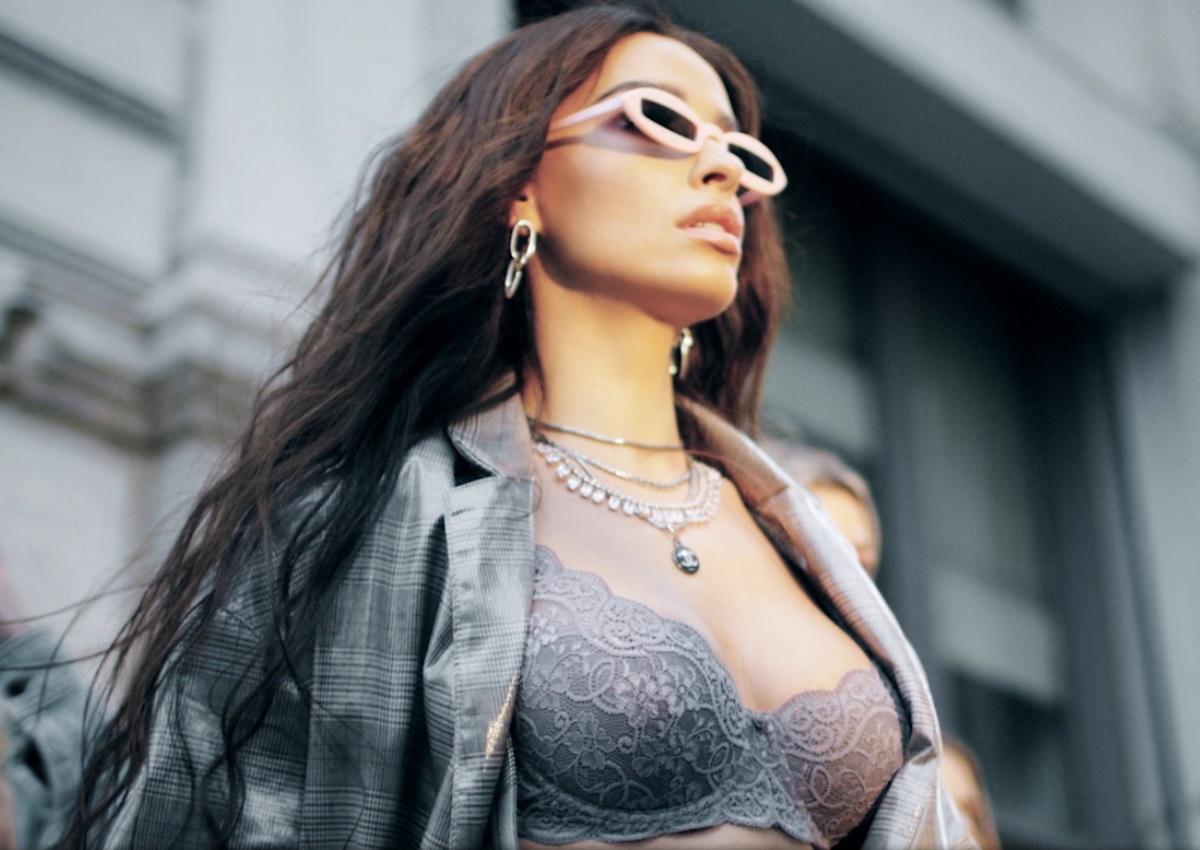 Ελένη Φουρέιρα: Με εσώρουχα και πιο hot από ποτέ στο νέο video clip της!