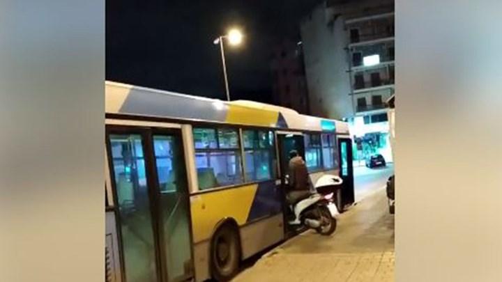 Δεν έχει προηγούμενο: Μπήκε με το μηχανάκι του σε λεωφορείο