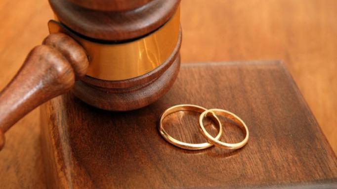 Πασίγνωστο ζευγάρι παίρνει διαζύγιο μετά από 10 χρόνια χωρισμού