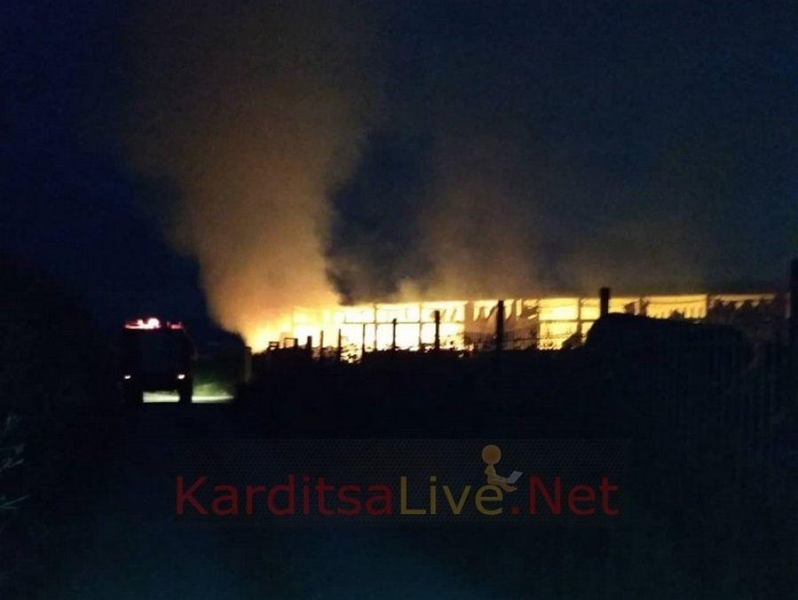 Τεράστια ζημιά σε επαγγελματία από φωτιά στην Καρδίτσα - Πυροσβέστες και από Λάρισα (+Φώτο +Βίντεο)