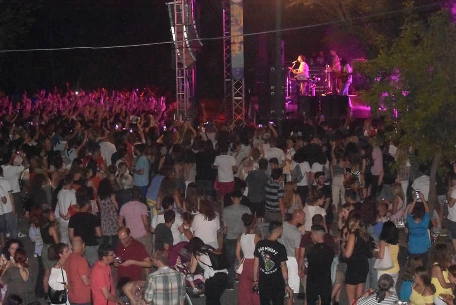Πανζουρλισμός για Κωστή Μαραβέγια στο Φεστιβάλ Πηνειού στη Λάρισα (pics – video)