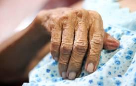 Η γιαγιά κοίταξε τον ληστή και τον αναγνώρισε – «Πάγωσε» ο νεαρός στο σπίτι που τρύπωσε