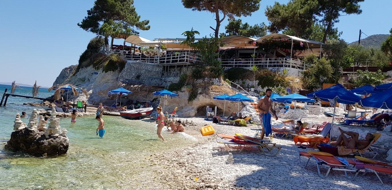 Ξέρατε ότι την ωραιότερη παραλία της Σάμου την έχουν… Τρικαλινοί; (φώτο)
