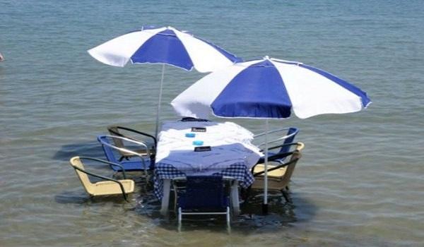 Ταβέρνα έβαλε τραπέζι μέσα στη θάλασσα
