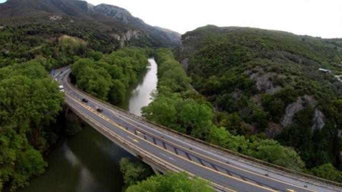 Κλείνει από σήμερα και για 8 μήνες η γέφυρα του Πηνειού στα Τέμπη – Δείτε από που θα περνάνε τα οχήματα
