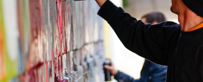 Συνέλαβαν Τρικαλινούς μαθητές για γκράφιτι στο προαύλειο σχολείου
