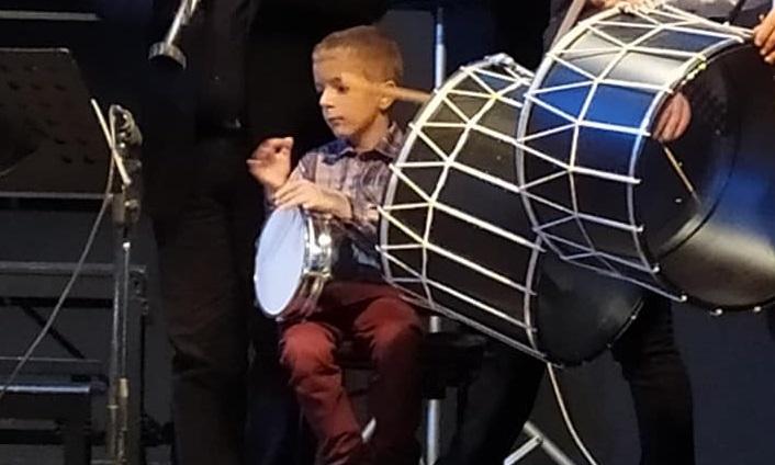 Ο 6χρονος Λαρισαίος που έκλεψε την παράσταση με το τουμπερλέκι του! Ένα αστέρι γεννιέται (pics)