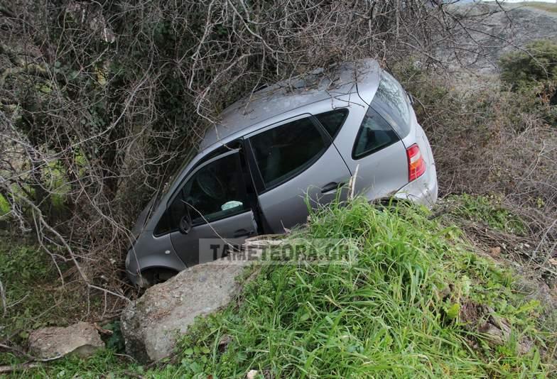 Αυτοκίνητο καρφώθηκε στα βράχια στην Καλαμπάκα!!!