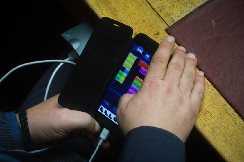 Ο πραγματικά παράξενος λόγος που τα κινητά έχουν φορτιστή με κοντό καλώδιο